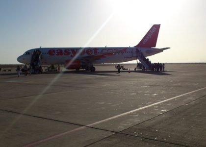 Flugzeug von Easy Jet auf dem Flughafen von Marrakesch