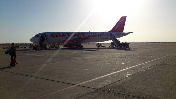 Flugzeug von easyJet auf dem Flughafen von Marrakesch