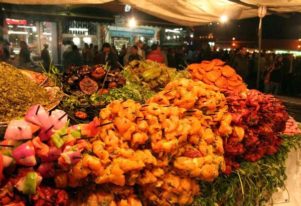 Auf dem Djemaa el Fna in Marrakesch finden Backpacker viel Streetfood