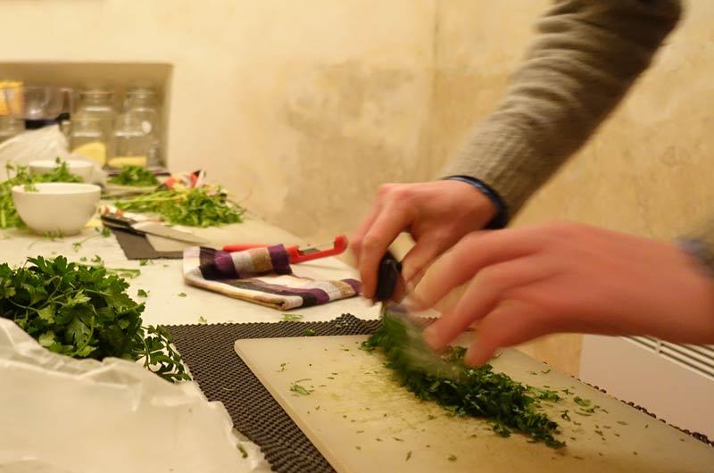 Koriander hacken beim Kochkurs im House of Fusion