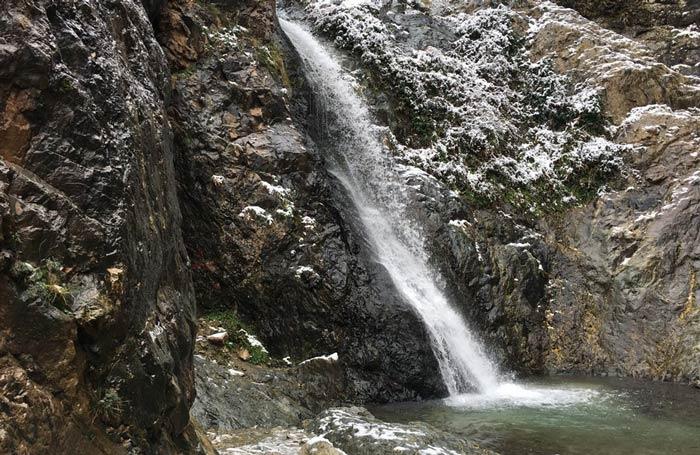 Wasserfall im Winter in der Nähe von Setti Fatma, Marokko