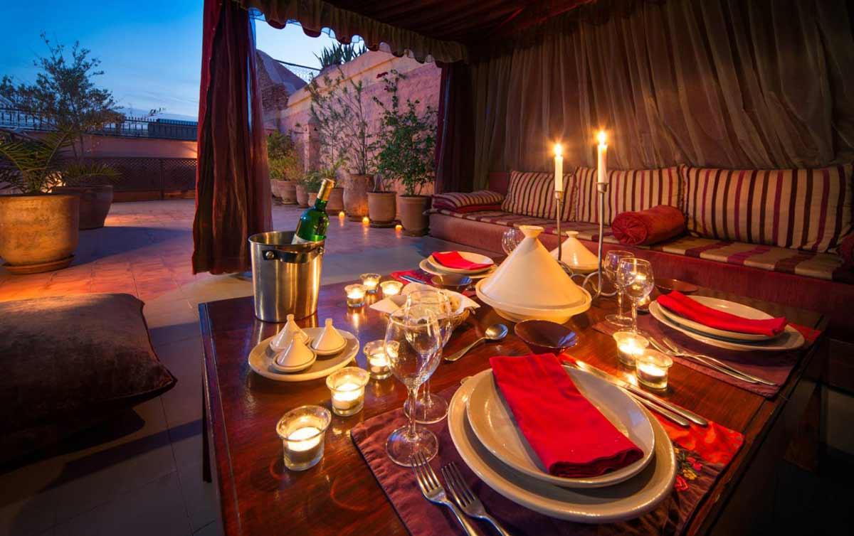 Abendessen beim Familienurlaub auf der Dachterrasse in Marrakesch