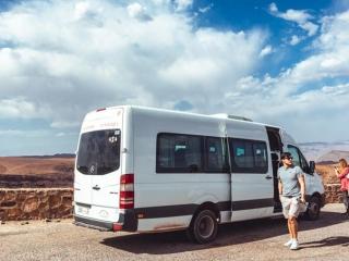 Ein Teil der Fahrt in die Sahara wird in diesem Minibus zurückgelegt.