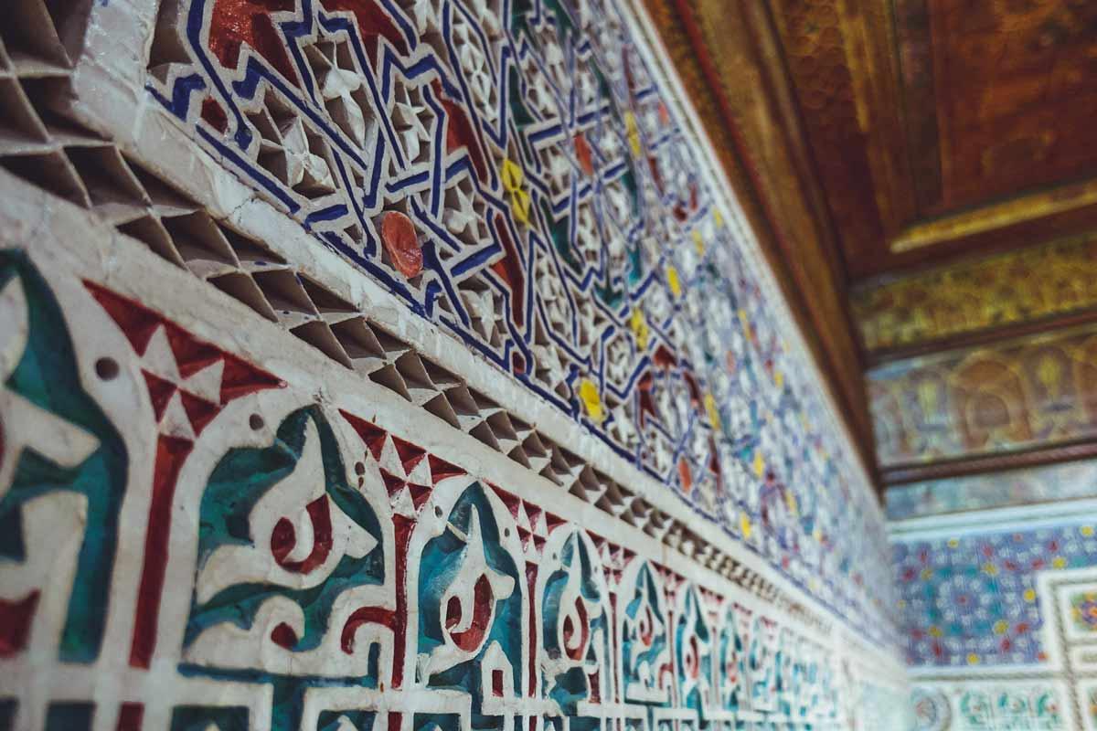Bemalte Stuckarbeiten im Museum Dar Si Said in Marrakesch