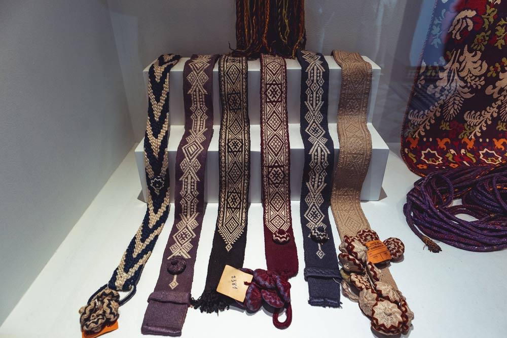 Traditionelle marokkanische Kleidung im Museum Dar Si Said in Marrakesch