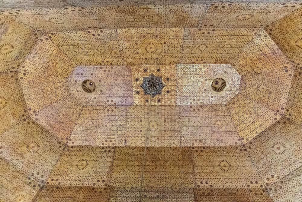 Verzierte Decke im Museum Dar Si Said in Marrakesch