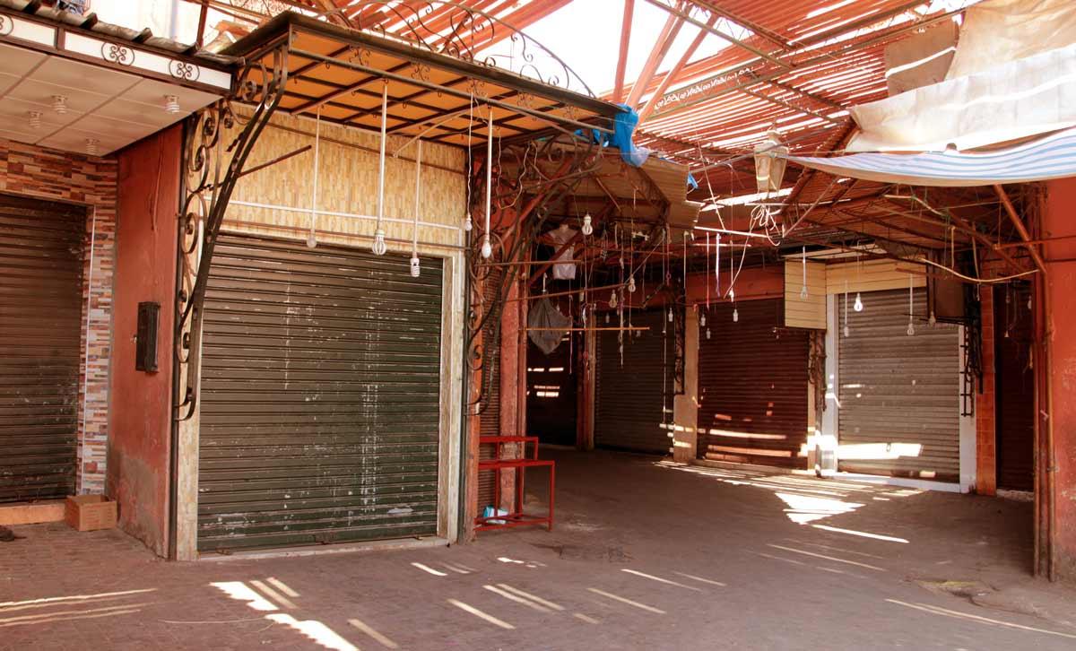 geschlossene Geschäfte während des Ramadan in den Souks von Marrakesch