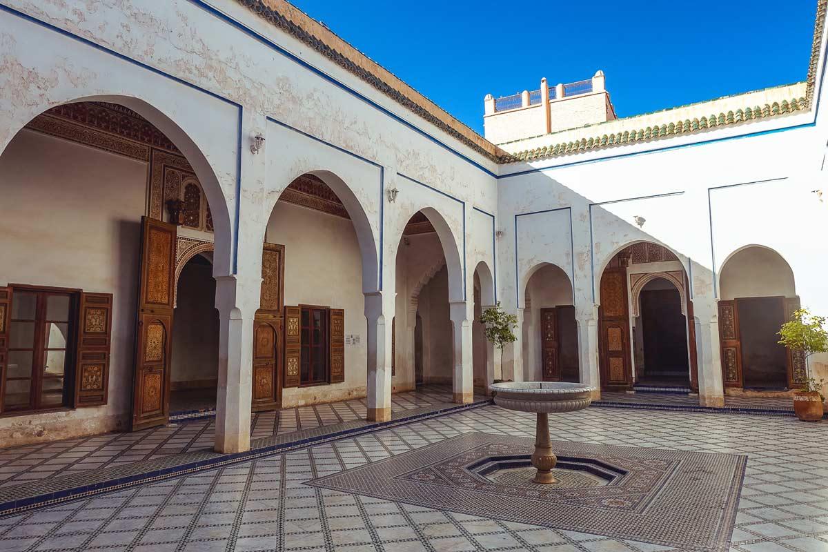 Kleiner Hof mit Wasserbecken im Bahia-Palast in Marrakesch