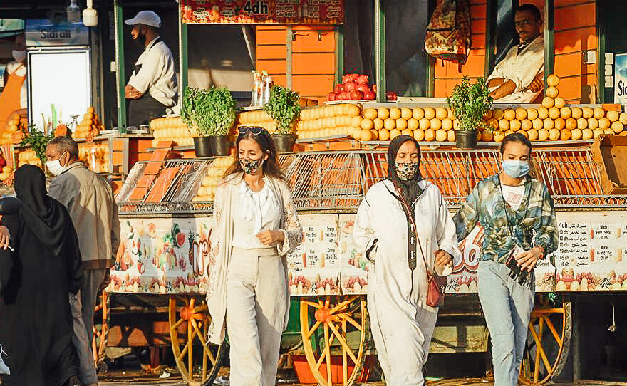 Frauen mit Masken in Marrakesch