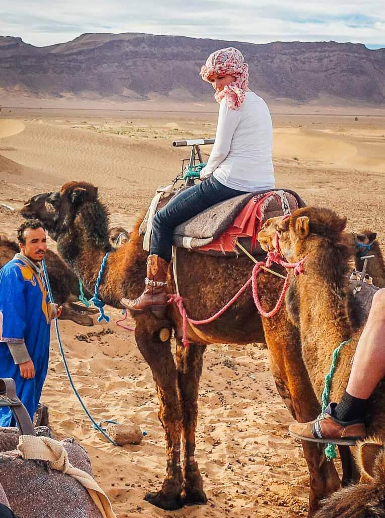 Marokko Frauen Touristin Kleidung Dromedar